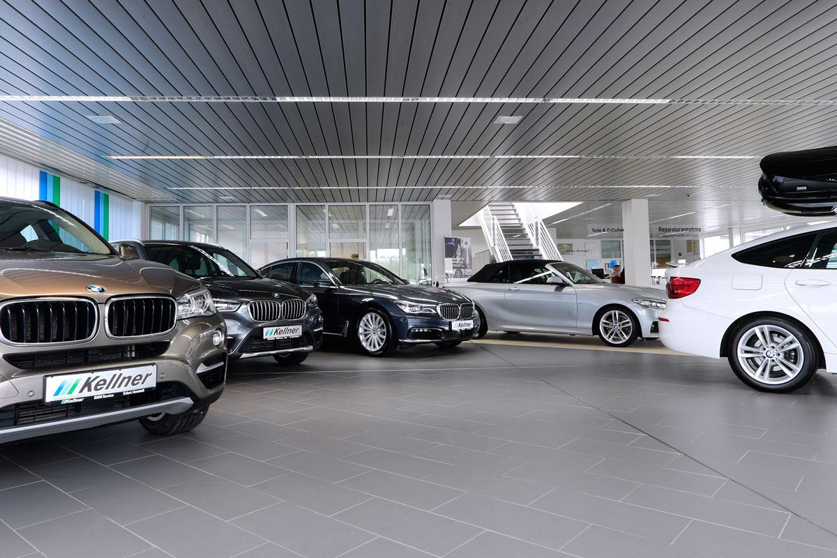 Fahrzeugausstellung im Innenbereich des Autohauses